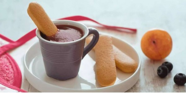 Piure de prune si afine, servit cu biscuiti
